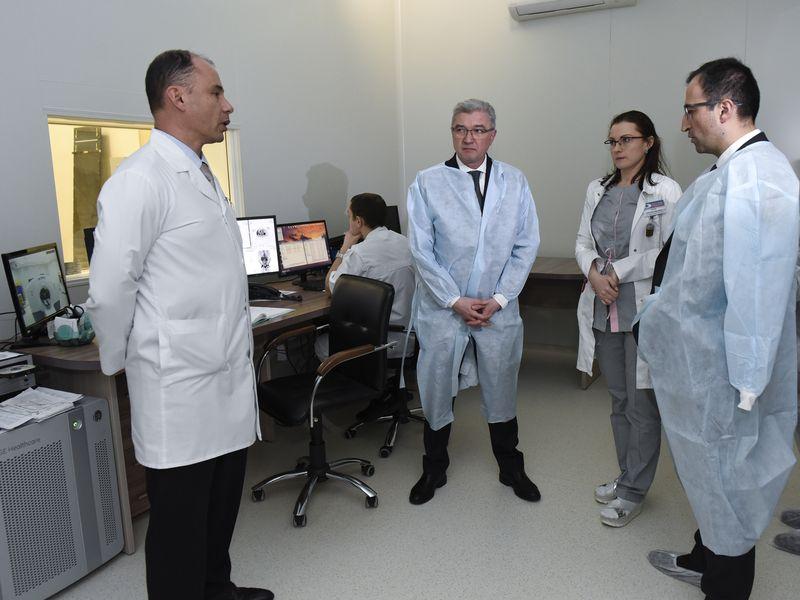 Министр здравоохранения Армении Арсен ТОРОСЯН (крайний справа) посещает Республиканский центр позитронно-эмиссионной томографии.
