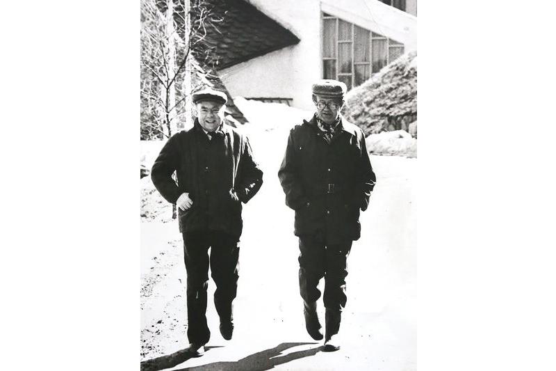 Пачатак 1980-х. У Раўбічах з Алесем Адамовічам.