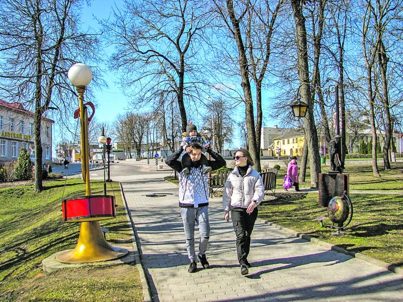 Алея ліхтароў арганізацый і ўстаноў Навагрудскага раёна — адно з любімых месцаў для прагулак тутэйшых.