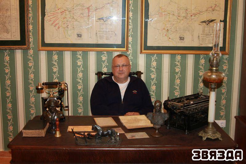 Уладзімір Слесараў у рабочым кабінеце калекцыянера —  у ім сабрана квінтэсенцыя таго, чым займаўся гаспадар сядзібы.