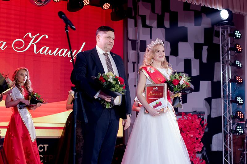 Генеральны дырэктар Дзяніс Дзіулін з пераможніцай конкурсу «Міс трэст» інжынерам-тэхнолагам Рэгінай Калацкай.