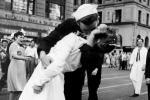 """Памёр герой знакамітай фатаграфіі 1945 года """"Пацалунак на Таймс-сквер"""""""