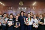 Наталья Кочанова в торжественной обстановке вручила паспорта группе юношей и девушек