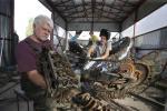 Житель Фаниполя собирает сома из деталей автомобиля