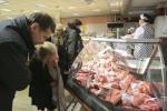 Дилемма домохозяйки: покупать продукты на месте или идти в магазин через дорогу?