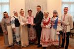 Беларусы Латвіі перадалі 7-метровы вышываны ручнік Раймандсу Веёнісу