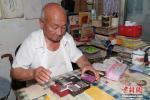 Иероглифы на зернах риса гравирует 82-летний китаец