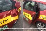 Пассажир автомобиля такси, открывая дверь, повредил автобус, который ехал мимо