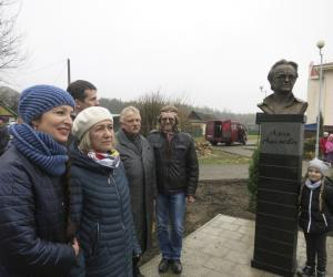 В Глуше открыли бюст Алеся Адамовича