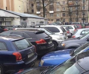 Уже который год жители борются против общей парковки во дворе