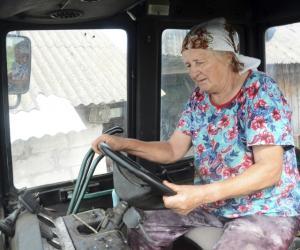 В свои 78 лет деревенская женщина управляется с трактором «Беларус»