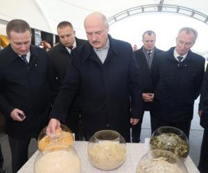 Лукашэнка наведаў з рабочай паездкай Слуцкі раён