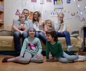 Шматдзетная сям'я змагаецца з цяжкай хваробай і натхняе не здавацца іншых
