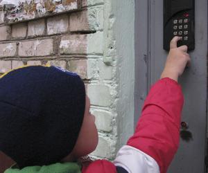 Чаму дамафонныя сістэмы не ўтрымліваюць дзверы зачыненымі