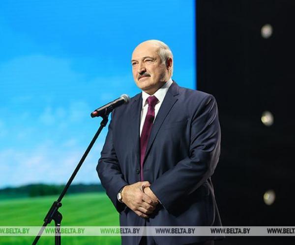 Лукашэнка: Мы не станем на калені, нават калі застанёмся адны