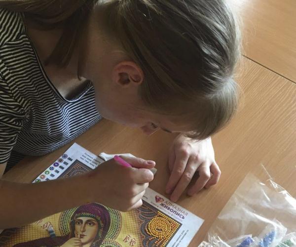 Воспитанники Весновского дома-интерната, что на Могилевщине, делают своими руками иконы для построенной на их территории часовни