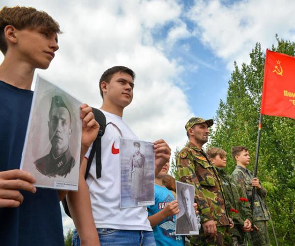 Юныя даследчыкi ўшаноўваюць подзвiг курсантаў, якiя трымалi абарону на Бярэзiне ў чэрвенi 1941-га