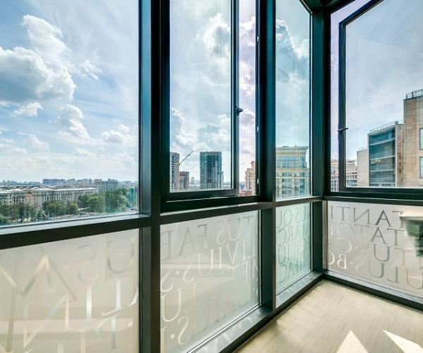 Якое шкленне выбраць для балкона: алюміній, ПВХ або дрэва*