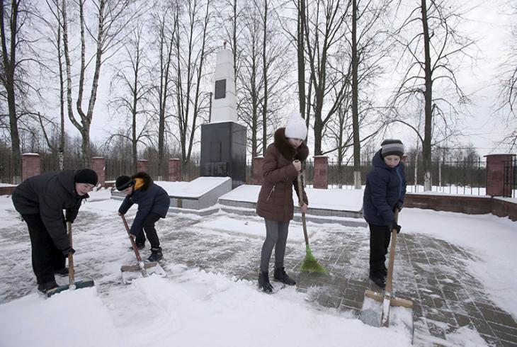 Сямікласнікі ўбіраюць снег на тэрыторыі брацкага пахавання