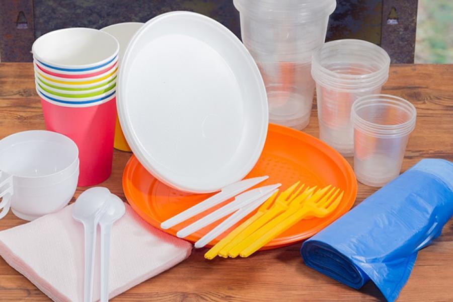 Увядуць забарону на выкарыстанне і продаж некаторых відаў аднаразовага пластыкавага посуду