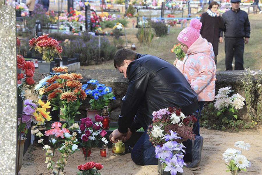 Искусственным цветам не место на кладбище