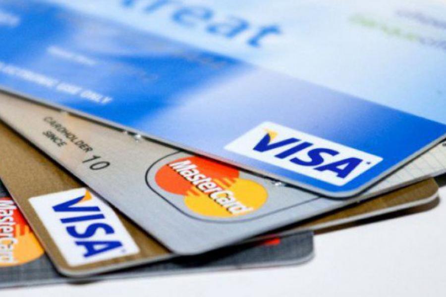Не кладзіце «пластык» праязнога побач з банкаўскімі карткамі