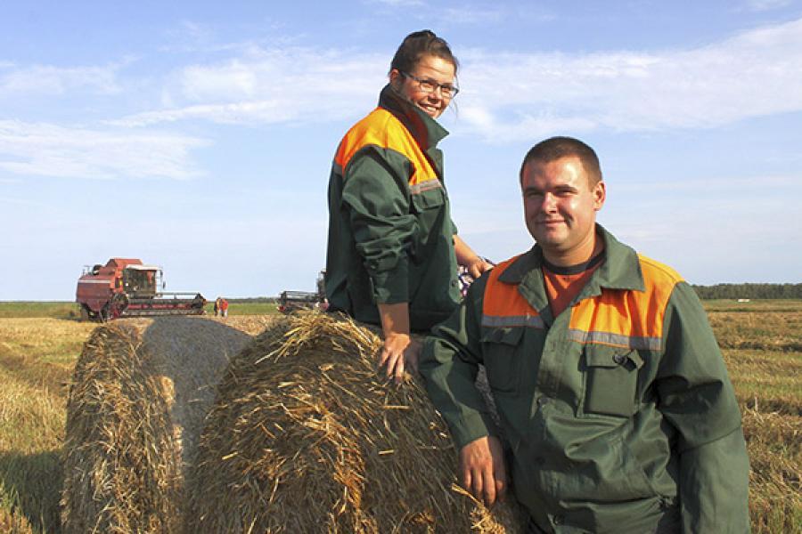 У Ельскім раёне дзве дзяўчыны кіруюць камбайнамі