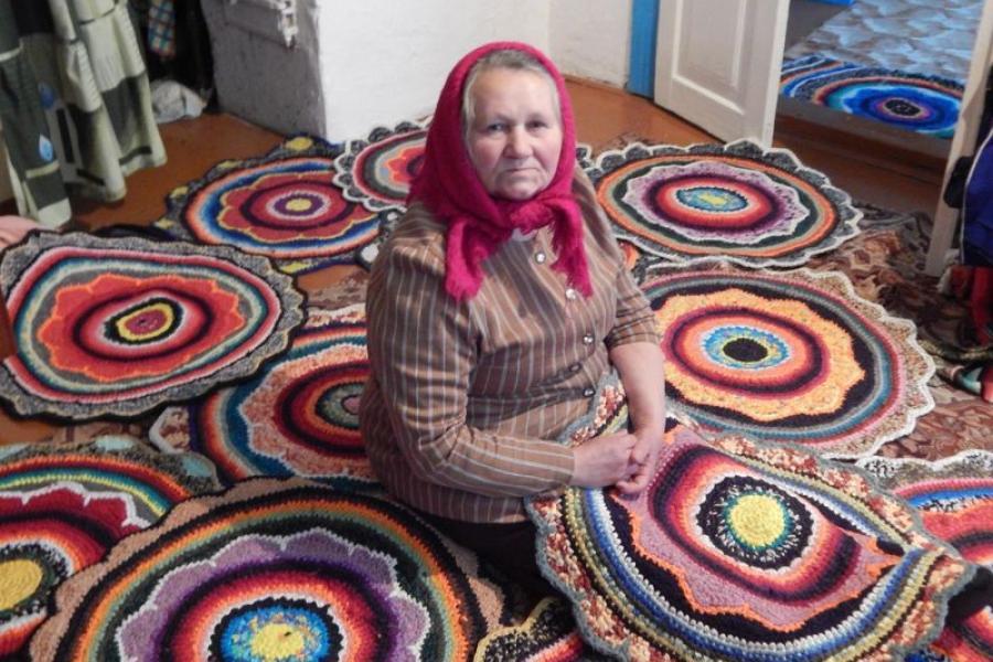 70-летняя бабушка из Ивацевичского района вышивает коврики