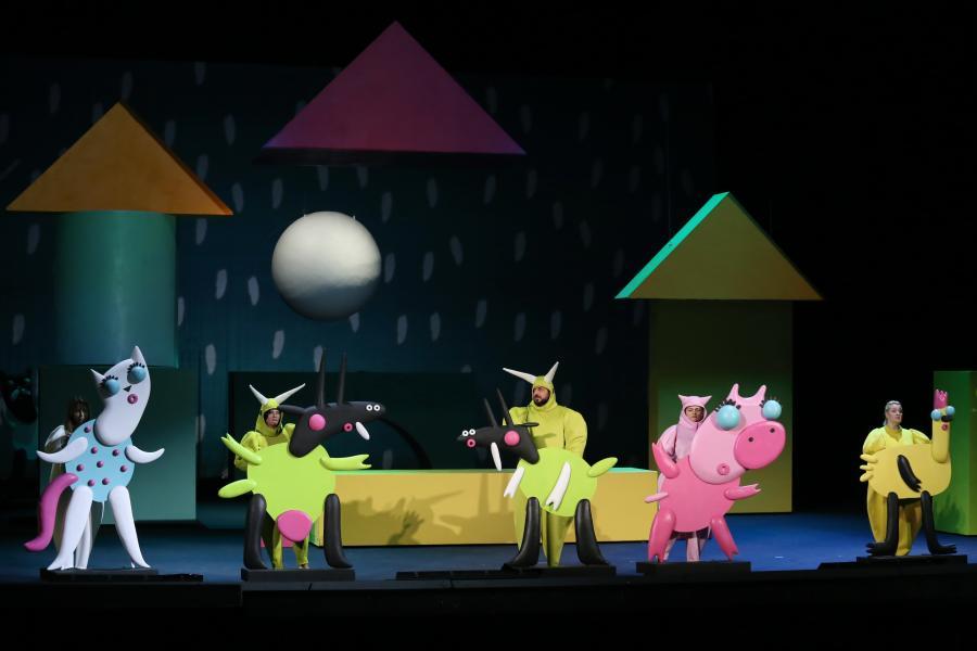 Кошка, бобры и хорошая мораль: заглянули на репетицию оперы для детей «Кошкин дом»