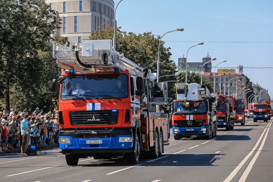 День пожарной службы в Минске отпраздновали ярким парадом
