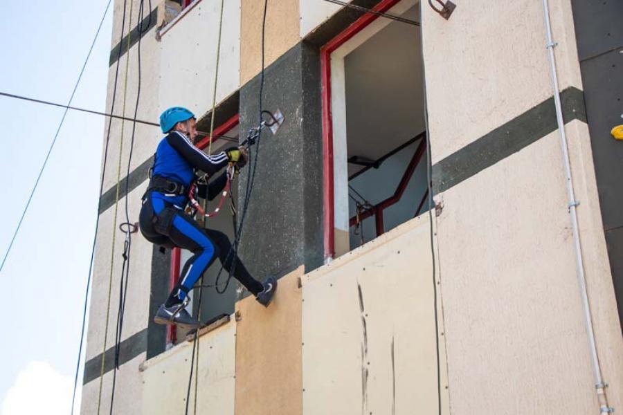 Ратаўнікі дэманструюць майстэрства прамысловага альпінізму