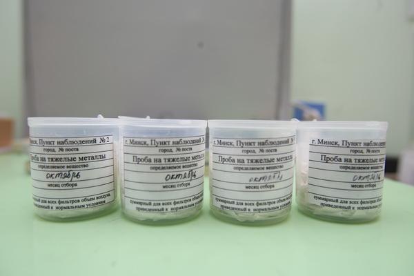В лаборатории Белгидромета исследуются пробы на тяжелые металлы. Анна Занкович.