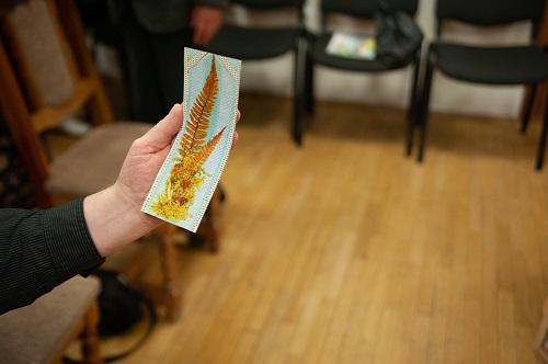 З кнігай чытач мог атрымаць і закладку з выявай сапраўднай закладкі, зробленай рукамі Элізы Ажэшкі з наднёманскай зеляніны.