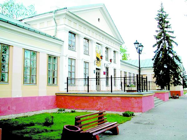 Палац Тызенгаўзаў у Паставах захаваўся.  Праўда, цяпер у ім знаходзіцца раённая бальніца.