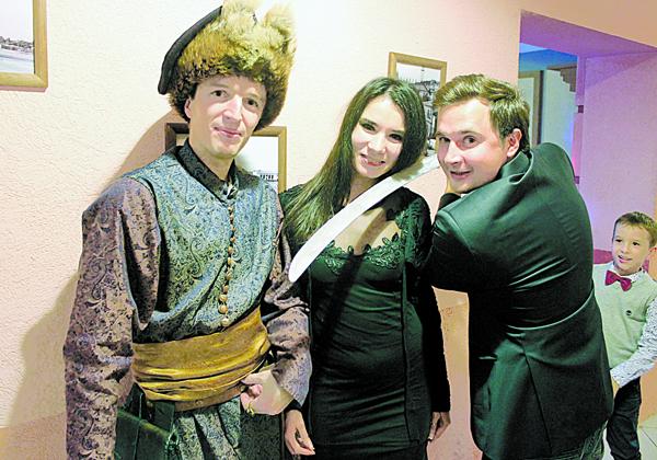 Васіль Грыбоўскі-Гурыновіч з тымі гасцямі, якім шляхецкія традыцыі прыйшліся ну вельмі даспадобы.
