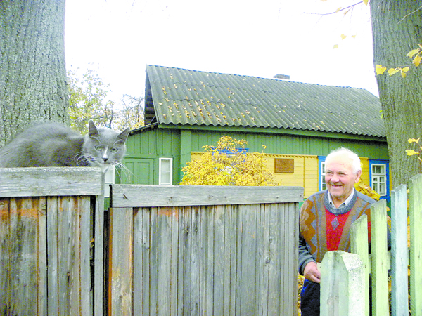 Юрый Барабаш жыве ў хаце  Караткевіча са сваёй коткай.