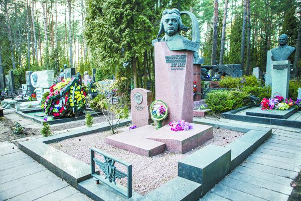 Могила дважды Героя Советского Союза находится на Восточном кладбище Минска.