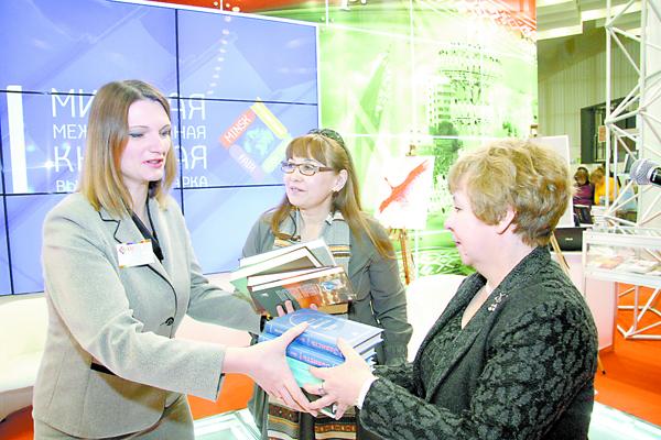 Писатели из Казахстана Райхан Маженкызы (в центре) и Светлана Ананьева (справа) передают Национальной библиотеке Беларуси книги Немата Келимбетова —  литературоведа, прозаика, переводчика.