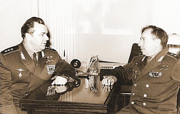 Трижды Герой Советского Союза И.Н. Кожедуб и Л.И. Беда в кабинете у последнего.