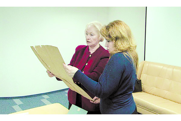 Слева — Наталья Голубева во время работы в архиве.