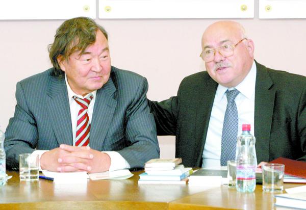 Олжас Сулейменов и председатель Союза писателей Беларуси Николай Чергинец.