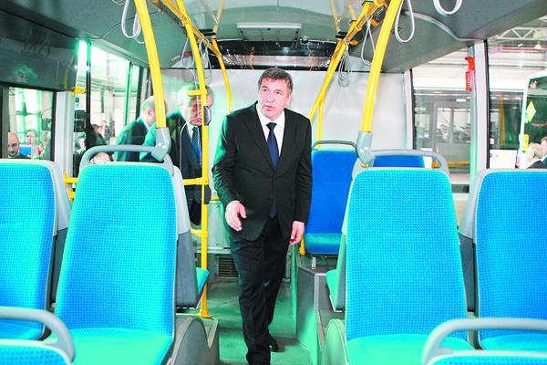 Вице-губернатор Санкт-Петербурга Игорь Албин в салоне белорусского гибридного троллейбуса Vitovt Max Duo.