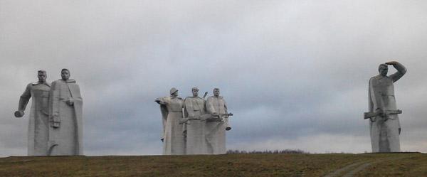 Мемарыяльны ансамбль з граніту «Подзвігу 28», узведзены на месцы бою герояў-панфілаўцаў.
