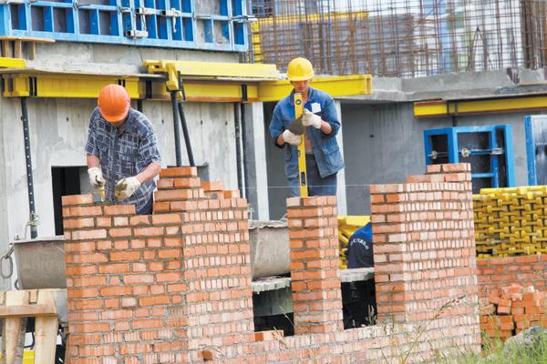 Большинство трудовых мигрантов устраиваются на рабочие специальности.