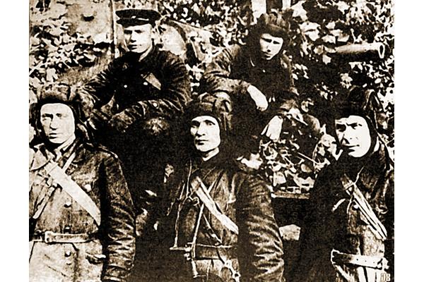 Экіпаж «КВ-1». 19 жніўня 1941 года. (Зіновій КАЛАБАНАЎ у цэнтры).