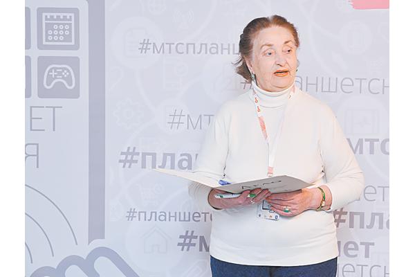 Вольга Сямёнаўна ІВАНОВА (78 гадоў) вучыцца дыстанцыйна на менеджара. Заяўляе, што курсы ёй вельмі патрэбны, і яна не прапусціць ніводнага занятку.