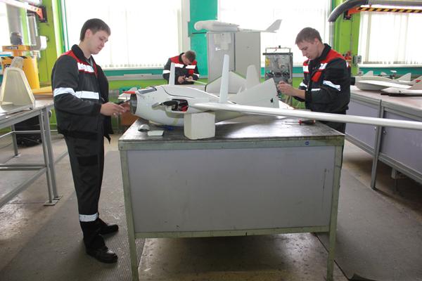 Молодежь на технологической линии сборки беспилотных летательных аппаратов научно-производственного центра «БАК и технологии» физико-технического института НАН Беларуси.