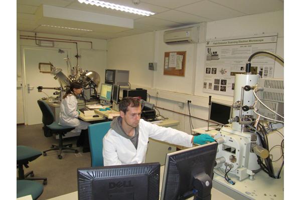 Сотрудники НПЦ НАН Беларуси по материаловедению Леонид КОВАЛЕВ и Марта ЯРМОЛИЧ работают в бельгийской лаборатории инженерии поверхности во время Седьмой Рамочной программы.