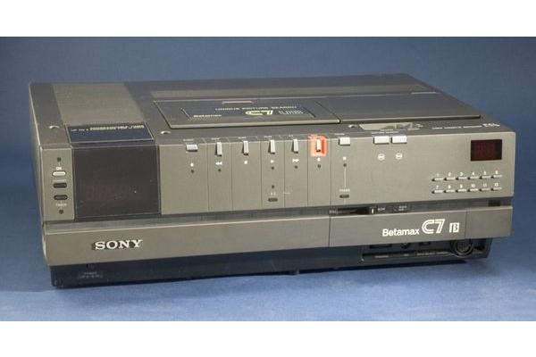 Так выглядалі відэамагнітафоны Betamax. Фота з сайта 3dnews.ru.