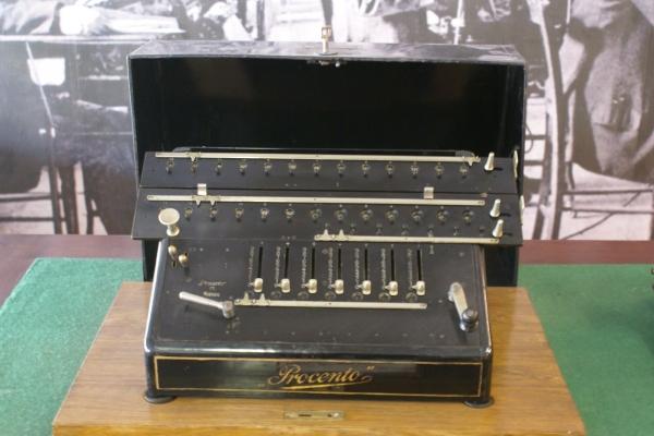 Больш за стагоддзе яна была інструментам усіх тых, хто працаваў з паперамі. Фота з сайта steampunker.ru